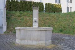 Brunnenplatz an der Abzweigung der Tuttwilerstrasse von der Aadorferstrasse.
