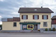 Gemäss Gebäudeversicherung erbaut 1900. Wohl in den 1950er Jahren erneuert und um einen Flachdachbau erweitert.