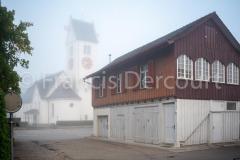 Untihaus mit ref. Kirche im Nebel